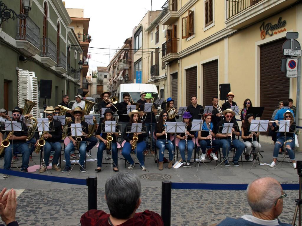jóvenes músicos de la sociedad tocando en el 18é mercat d'associacions